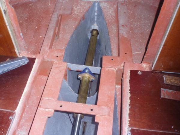 Stävröret fixerat till skrovet