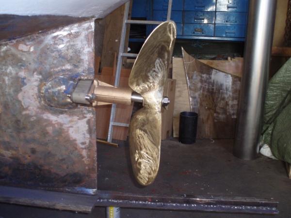 Propellerläget bestämt. Här skymtar också den renskrapade bottnen.
